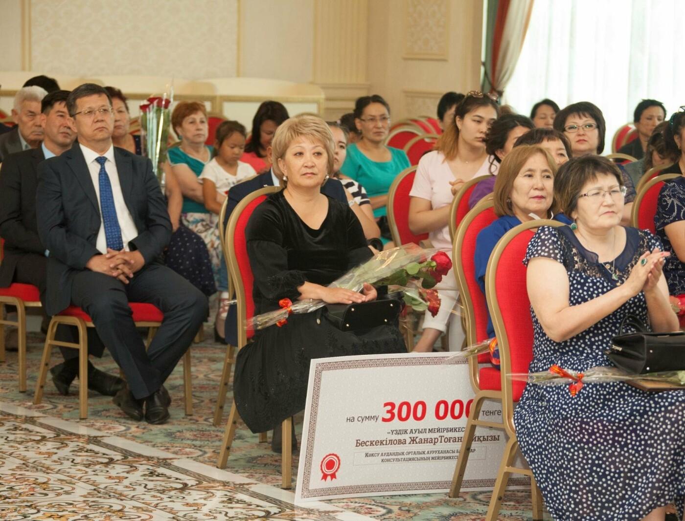 Один миллион тенге к празднику: в Талдыкоргане наградили лучших медиков, фото-1